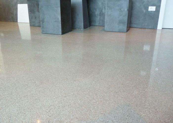 geschliffener polierter beton oder estrichboden designtrend bozen. Black Bedroom Furniture Sets. Home Design Ideas
